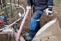 Hasiči pomáhali s čištěním studně