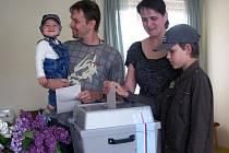 """Do Svojkovic přišli odevzdat svůj hlas i manželé Topinkovi a doprovázeli je syn Matěj (v tátově náručí) a Jakub. """"Už několik let máme jasno, koho volit, ale necháme si to pro sebe,"""" sdělili  rodiče dětí."""