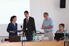 NOVOU STAROSTKOU ZBIROHA byla při mimořádném zasedání zastupitelů zvolená Tereza Šístková (vlevo). Insignie jí předává dosavadní starosta Milan Rusek, který  rezignoval.