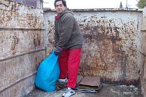 Pracovníci Rumpoldu–R přistavují v okresním městě velkoobjemové kontejnery. Na Práchovně úřadoval v sobotu Jozef Giňa.
