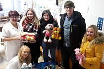 Zástupci školy pod vedením ředitele Vlacha předali na dětské oddělení rokycanské nemocnice dárky pro malé pacienty.