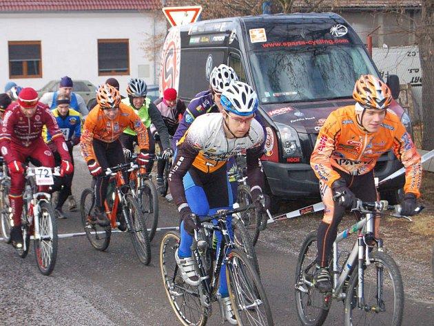 Václav Metlička (vlevo) vyráží společně s Tomášem Peškem na start cyklisticko–běžeckého novoročního závodu            z Rokycan na vrch kopce Žďár.