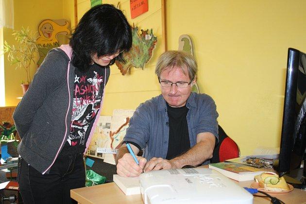 SOUČÁSTÍ účinkování Pavla  Göbla v rokycanské knihovně byla i autogramiáda jeho děl.