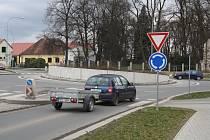 Kruhové objezdy v Rokycanech jsou osazené značkou Dej přednost v jízdě.