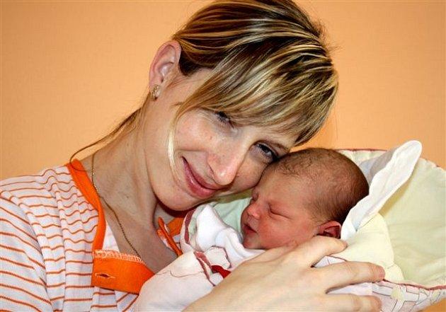 Jasmína STEHLÍKOVÁ z Plzně bude mít ve svém rodném listu datum narození 21. dubna. Narodila se v 16 hodin a 40 minut. Jasmínka vážila při narození 2750 gramů, měřila 46 cm.