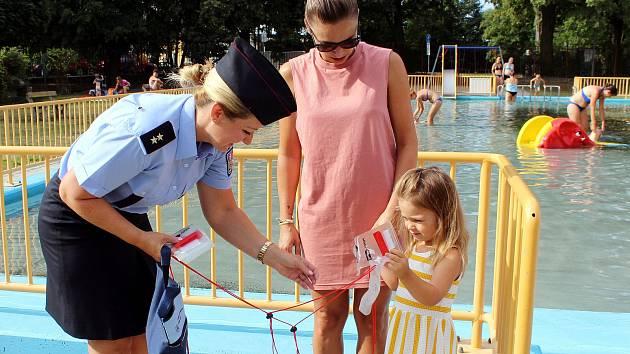 Policejní mluvčí Hana Kroftová rozdávala na koupališti voděodolná pouzdra.
