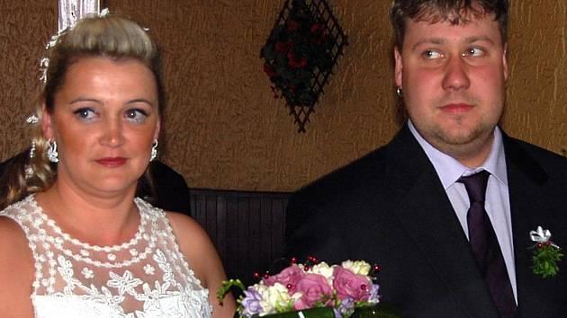 Novomanželé v Hradčanech. V rokycanské restauraci Na Hradčanech vstupovali v sobotu odpoledne do manželství Petr Kaloč a Miluše Štěpánková.