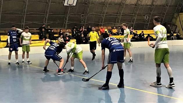 Rokycanští florbalisté (v modrých dresech) zakončili ročník 2019/2020 porážkou na jihu Čech. Obsadili celkově devátou příčku ve skupině C.