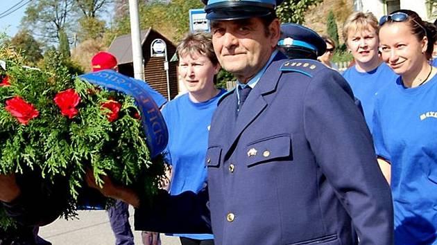 Starosta přívětického sboru Josef Koldinský (v popředí) nesl v úvodu sobotní oslavy věnec k pomníku obětí válek. Pietní akt se týkal i družstva žen.