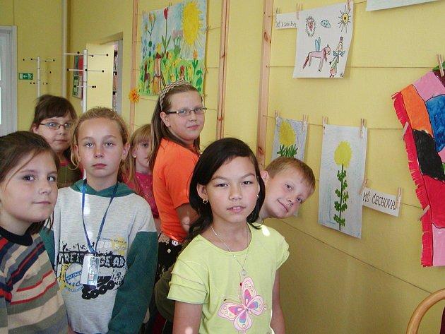 Kluci a děvčata z družiny při ZŠ ul. Míru luštili v knihovně hádanky o jídle.