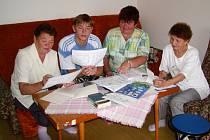 Hana Durajová (třetí zleva) právě učí Tolju - nejmladšího z pětice Kazachů, kteří našli v Rokycanech nový domov, jak užívat slovat sloveso být.