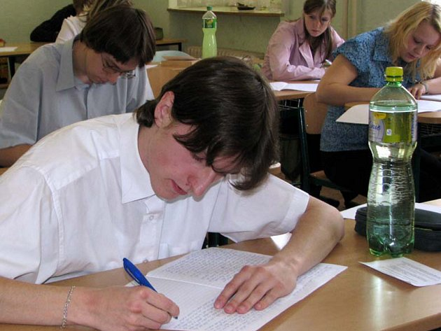 Studenti SOŠ a Gymnázia Rokycany se potili v pondělí u písemných maturit. Ze čtyř zadaných témat vybíral i Luboš Vonásek.