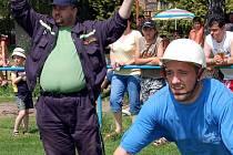 Vlastimil Štincík (vpravo) se v sobotu pustil do boje s překážkami při okreskové soutěži hasičů. Člen rakovského sboru obsadil s kolegy čtvrtou příčku.