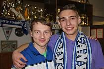 MICHAL PYTLÍK (vlevo) nadchl v sobotu fanoušky kuželkářského klubu SKK Rokycany! Dosáhl skvělého výkonu 683 bodů a šestistovku pokořil i jeho oddílový kolega Štěpán Šreiber.