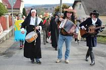 NETRADIČNÍ hudební skupina tvořila čelo masopustního průvodu v Klabavě. Masky měly sraz před hospůdkou U komína, kam se také unavené vrátily.