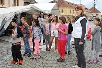 Čtvrtá A ze ZŠ ulice Míru v Rokycanech si už expozici Lékařů bez hranic na náměstí prohlédla a žáci se při exkurzi dozvěděli, jak náročná je práce této humanitární organizace.