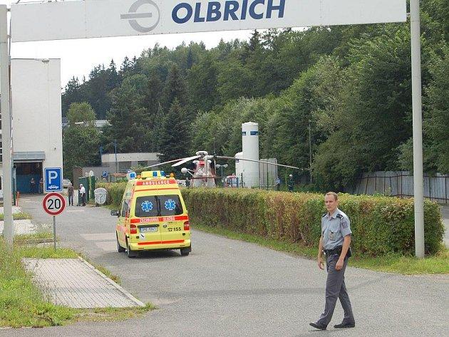 V holoubkovské firmě Olbrich odnesli prořezávku stromů dva muži, z nichž byl jeden transportován vrtulníkem.