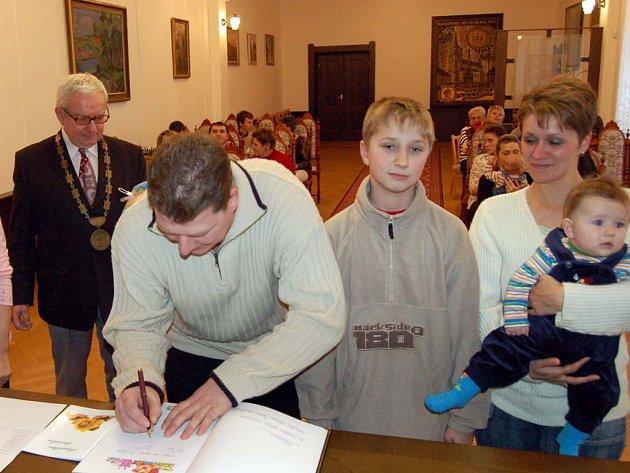 Do obřadní síně dorazilo ve středečním odpoledni s rodiči osm miminek. Byl mezi nimi Jan Přibík.