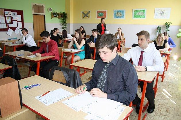 STÁTNÍ MATURITY pokračují. Včera se i studenti Gymnázia Rokycany věnovali českému jazyku. Na snímku je 4. B.