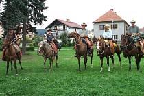 Kovbojové ze severu Čech Honza Štembera (vlevo), Monika Peterková a Martin Peterka odpočívali během své dobrodružné cesty na návsi v Oseku u Rokycan .