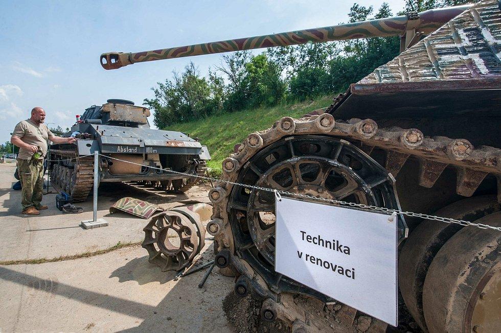 V Muzeu na demarkační linii probíhá údržba vojenské techniky. Podívejte se, jak členové klubu připravují tanky na Den pozemního vojskaBAHNA 2021.