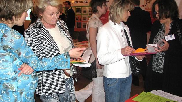 Vzdělávací a personální agentura ACZ pomáhá nezaměstnaným ženám. Olga Karousová (vpravo) a její kolegyně Mariana Pavlová (vlevo) nabízely zájemkyním informační brožury s nabídkou nejrůznějších kurzů.