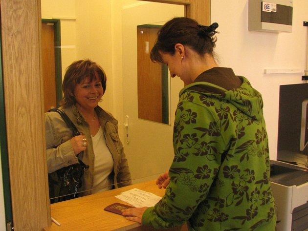 Jednou ze zájemců byla na sklonku týdne i Iva Mertlová z Břas (vlevo), která si přišla vyzvednout už hotový pas. Otisky v něm ještě nemá, neboť si zažádala před 1. dubnem