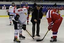 STAROSTA okresního města Václav Kočí vhodil symbolické úvodní buly při prvním utkání mladých hokejistů ČR a Švýcarska na rokycanském ledě.