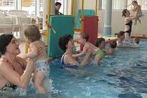 Rodiče i jejich potomci jsou z plaveckého kurzu nadšeni.