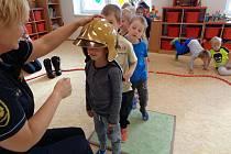 Beseda hasičů s malými posluchači