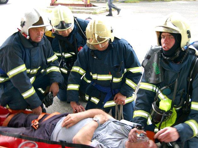 Do dvanáctého patra obřího sila u Kařezu se vydali profesionální hasiči z Rokycan pro jednoho z figurantů.  Na zemi mu poskytli předlékařské ošetření.