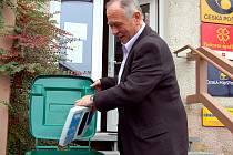 Na domácím hřišti kopal včera klabavský starosta Jiří Vohradský. Požádal o další sběrný box na elektroodpad a šel příkladem. Vhodil do kontejneru letitou kalkulačku.