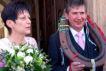 Petr Procházka a Hana Sýkorová jsou sice z Plzně, ale pro sobotní společný skok do života si vybrali obřadní síň rokycanské radnice.