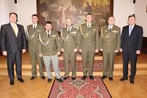 PŘEDSTAVITELÉ ROKYCAN pozvali do sídla úřadu vojenské veterány, kteří absolvovali mise na světových bojištích. V obřadní síni se vyfotografovali Michal Kalčík, Lukáš Kalný, Jaroslav Moravec, Luděk Brožík a Zbyněk Vejsada.