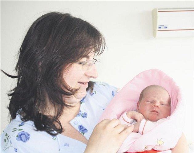 Alena VALENTOVÁ z Nevida si poprvé zakřičela na sále rokycanské porodnice  28. května. Narodila se v 6 hodin a 13 minut. Manželé Lenka a Viktor čekali, že jejich druhé dítě bude holčička. Doma už mají prvorozeného syna Filipa (2,5 roku). Alenka přišla na