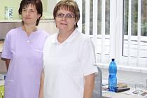 V moderně vybavené ordinaci praktického lékaře kraluje doktorka Jana Čadová (vpravo) za asistence zdravotní sestry Jitky Mošnové.