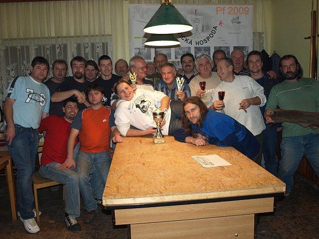 Z  klání  dvojic,  které se uskutečnilo v hospodě s názvem Bušovická, vyšel nakonec až po rozstřelu vítězný tým. Nejlépe se dařilo Milanu Majerovi a Jaroslavu Přibylovi (uprostřed).