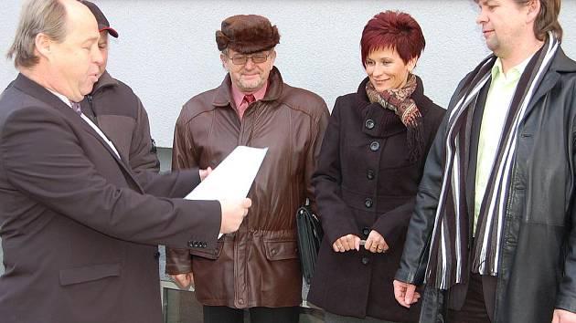 Starosta Radnic Jan Altman a ředitelka zdejší ZŠ i MŠ Věra Valentová (zprava) převzali při včerejším otevření mateřinky šek na dvacet tisíc korun od představitele stavební firmy.