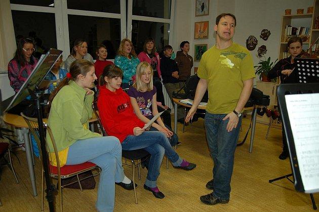Členové  folklórního  souboru  Sluníčko,  posílení o některé kolegy z Rokytky,  pod vedením Zdeňka Vejvody trénovali a trénovali.  O  víkendu  je  totiž v Plzni čekalo natáčení.