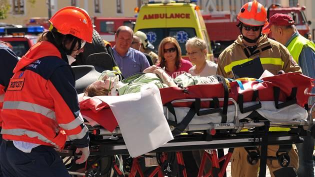 Zraněného převzali záchranáři. Rokycanskému týmu běží poslední vteřiny soutěže.