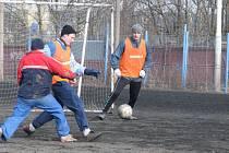 V sobotu dopoledne  si poprvé zatrénovali fotbalisté Čechie Příkosice. Jejich azylem se stalo náhradní hřiště SK Plzeň. Na snímku jsou zleva Tomáš Pražák, Pavel Komanec a Vlastimil Nový.