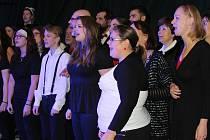 SÁL ROKYCANSKÉ STŘELNICE zaplnili ve čtvrtek večer návštěvníci koncertu dvou výjimečných pěveckých seskupení.
