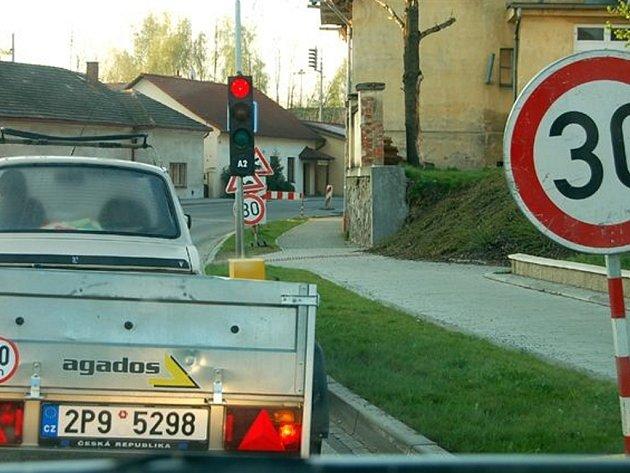 Slalom kvůli dírám ve vozovce musí zvládat  třeba řidiči u Zimního stadionu v Rokycanech. Řešení dopravní situace si vynutilo i osazení semaforů, které ji řídí.