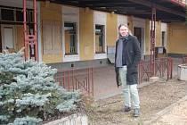 OD PROTINOŽCŮ do Zbiroha aneb sympatický Jamisson z Austrálie si na severu Rokycanska plní podnikatelský sen. Jeho vizí je i parní vláček stavící před nádražím, které koupil.