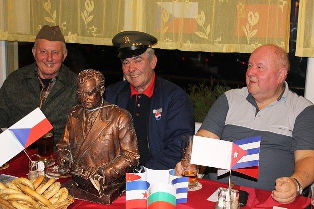VOJENSKÉ i policejní uniformy, busty komunistických pohlavárů nebo vlajky bývalých spřátelených zemí z tábora socialismu. To vše tvořilo kolorit pátečního večera v restauraci U Hurvínka.