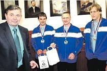 KUŽELKÁŘI SKK ROKYCANY (v modrém při přijetí u starosty Václava Kočího jsou Vojtěch Špelina, Roman Pytlík a Pavel Honsa) toho na republikové úrovni v minulé sezoně víc vyhrát nemohli.
