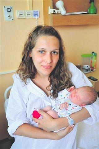 Daniela OLIBERIUSOVÁ z Rokycan bude mít ve svém rodném listu datum narození 11. června. Přišla na svět v 15 hodin a 22 minut. Manželé Miroslava a Michal znali pohlaví svého prvního miminka dopředu. Malá Danielka vážila 2790 gramů, měřila 49 cm.