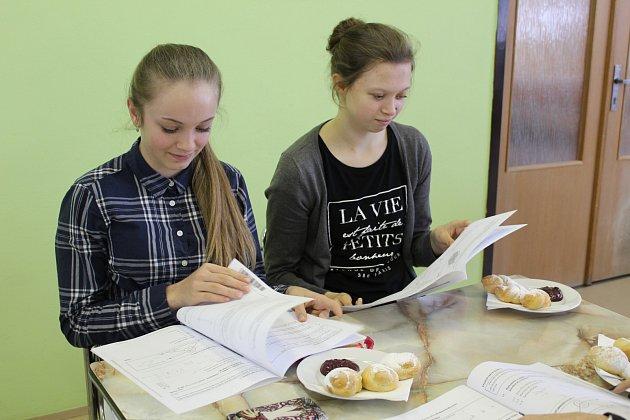 Po zvládnutí matematické části státních přijímacích zkoušek na střední školu měli žáci před češtinou delší přestávku. Přestože byli pozvaní na občerstvení, Tereza Štancová a Lucie Škoulová se ještě na základě zadání vzájemně ujišťovaly o postupech, které