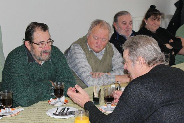 RYBÁŘŮ je v rokycanské organizaci přes osm set, ale bilanční sněmování v restauraci Pod Rozhlednou se týkalo jen skupiny těch nejvěrnějších. V sobotu se zabývali i brigádnickou činností.