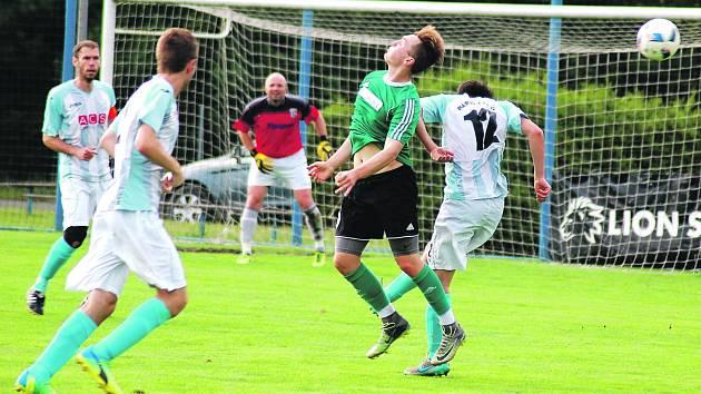 Fotbalisté FC Rokycany (v zeleném při dohrávce na hřišti Rapidu Plzeň, kde získali jen bod) skončili v krajském přeboru třetí. Pošilhávali sice po návratu do divize, ale suverénní Tachov kraloval od úvodního kola.
